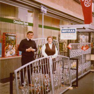 Rochusmarkt, 1979 – Im Bild: Gottfried Matulka, mit der Mutter Anna Matulka, vor unserem Stand mit Toren und Fenstergittern in Schmiedeoptik, kurz vor Kundeneinbau