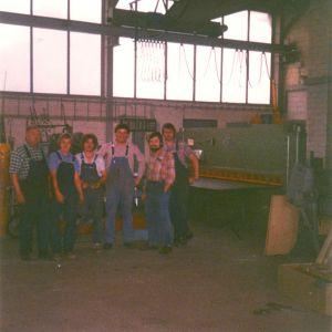 Mannschaft im Jahr 1979 – Im Bild von links nach rechts: Vater Josef Matulka, 2 Mitarbeiter, Gottfried Matulka und Mitarbeiter. Im Hintergrund die neue Schlagschere von EHT Modell EHS 10-31, Schneidleistung 10mm auf 3m Länge
