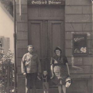 Schmiede & Schlosserei Gottfried Börner um 1951; Im Bild von links nach rechts: Der Vater Josef Matulka, Sohn Gottfried Matulka und die Mutter Anna Matulka, geb. Börner